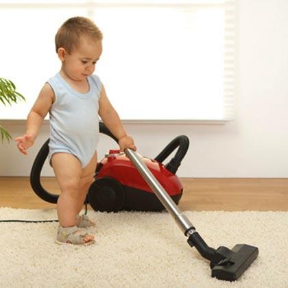малыш пылесосит ковёр