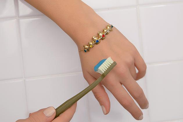 эпатажные украшения с зубами от итальянского бренда Schield