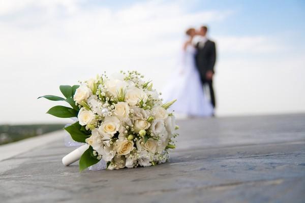 букет_невесты_Алматы_из_белых_роз.jpg