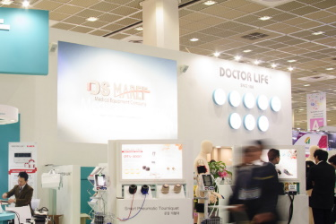 Представление медицинского оборудования Doctor Life на выставке