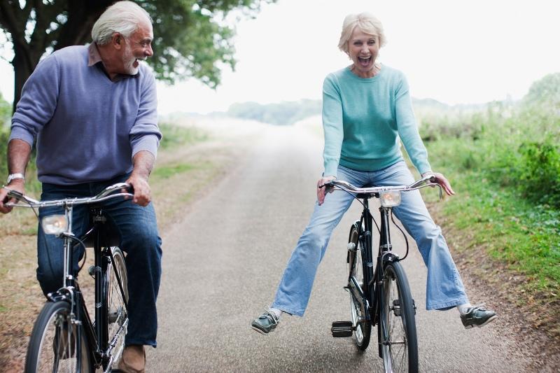 Возрастная пара на велосипедах