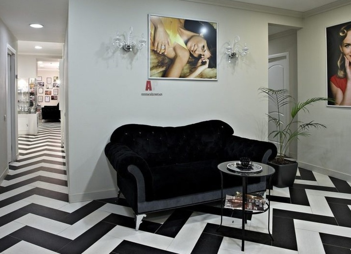 Мягкий диван со столиком для посетителей в салоне красоты