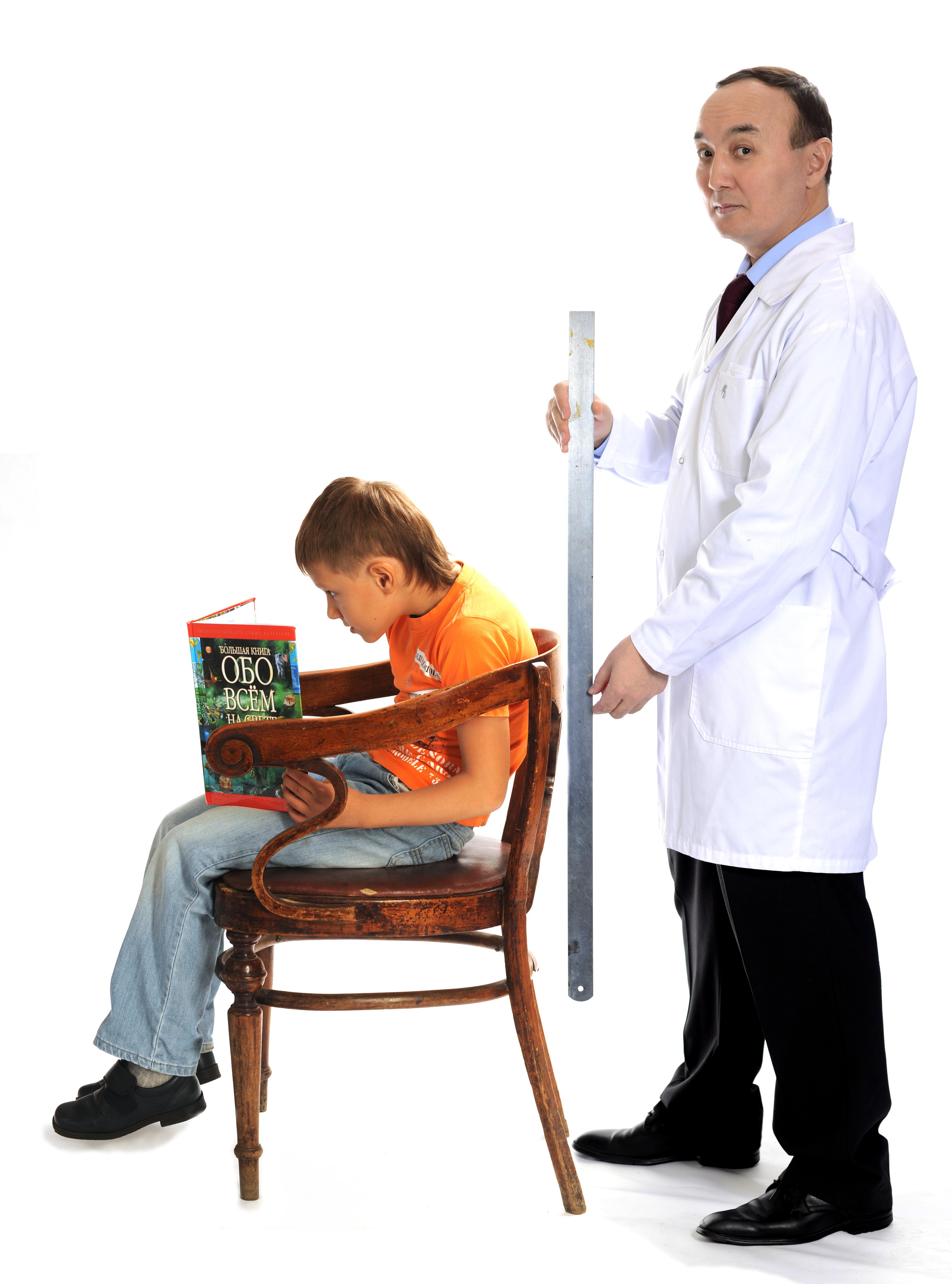Осмотр осанки ребенка на стуле