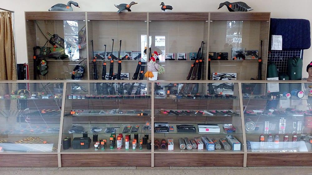 Витрина отдела оружие в магазине 'Рыбалка и Туризм'