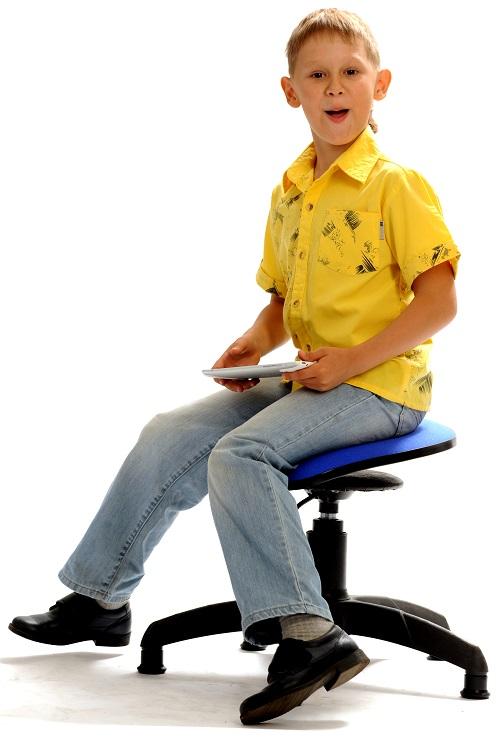 Ортопедический_стул_для_школьника_Танцующий_Стул_мальчик_сидит.jpg