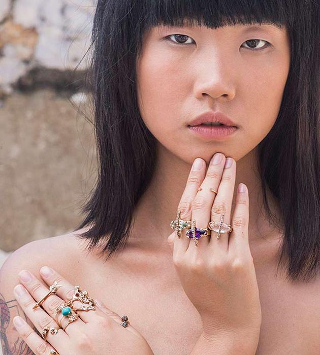 кольцо со стрелой Manitu из позолоченной лаутни от Cristina Zazo