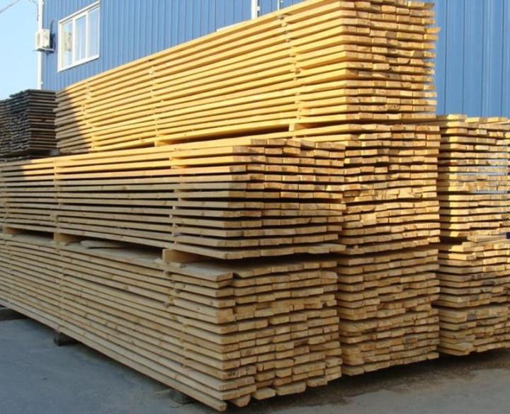 При штабелировании деревянных досок между каждым слоем кладутся небольшие рейки
