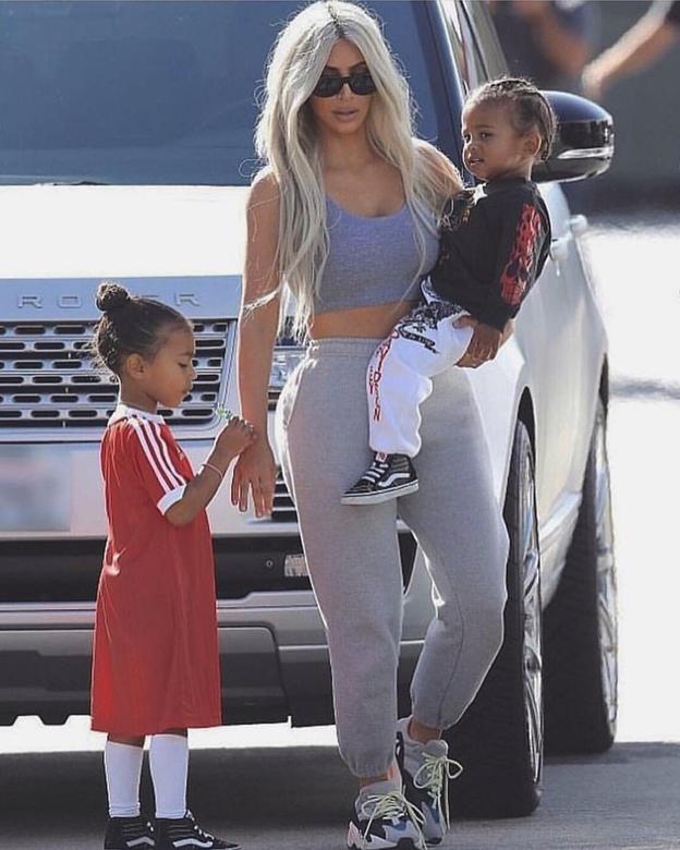 Ким с детьми в кроссовках Adidas Yeezy Boost 700