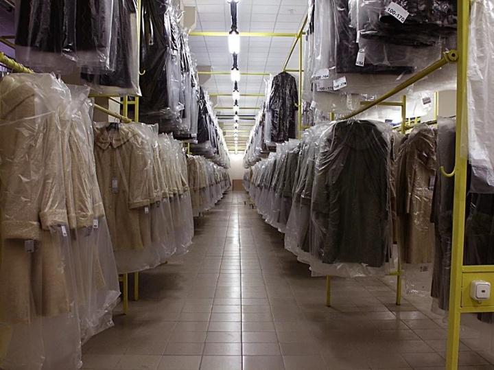 Вешала на складе одежды могут размещаться в несколько уровней