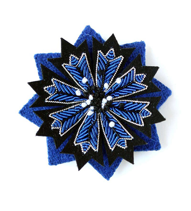 купите сине-чёрную брошь в форме цветка василька от Macon&Lesquoy - Cornflower pin