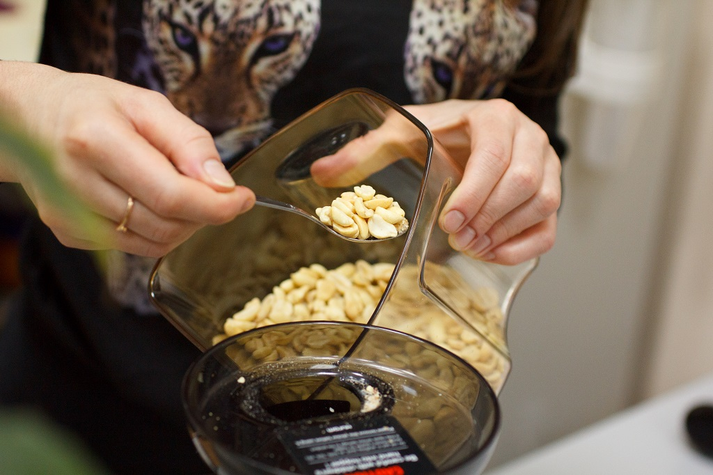 Загружайте не более 1 ложки арахимса раз в 5 секунд