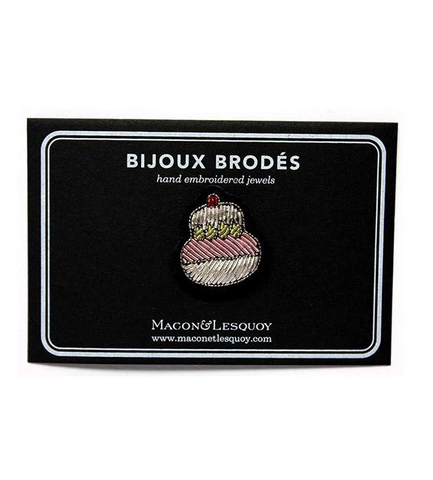серебристо-розовая брошь в форме капкейка, расшитая вручную от Macon&Lesquoy - Cupcake
