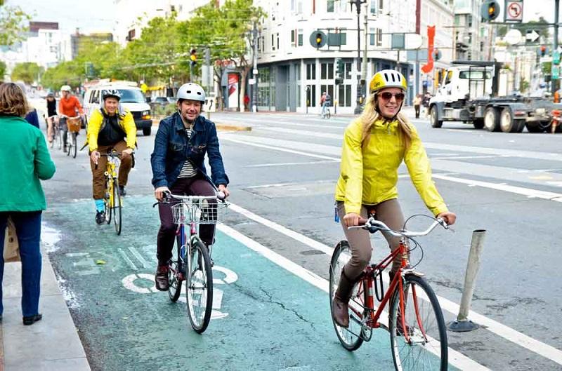 Велосипедисты в шлемах