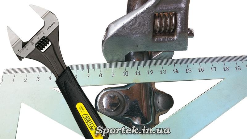 Измерение толщины руля с помощью разводного ключа и линейки