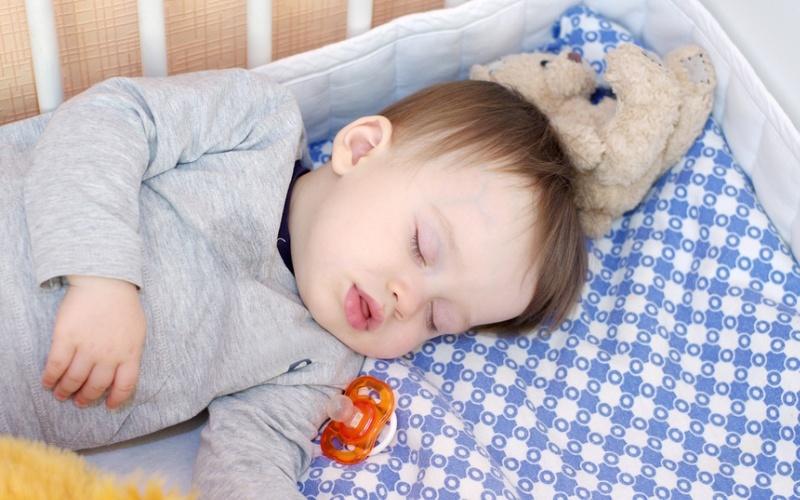Во сне упал ребенок