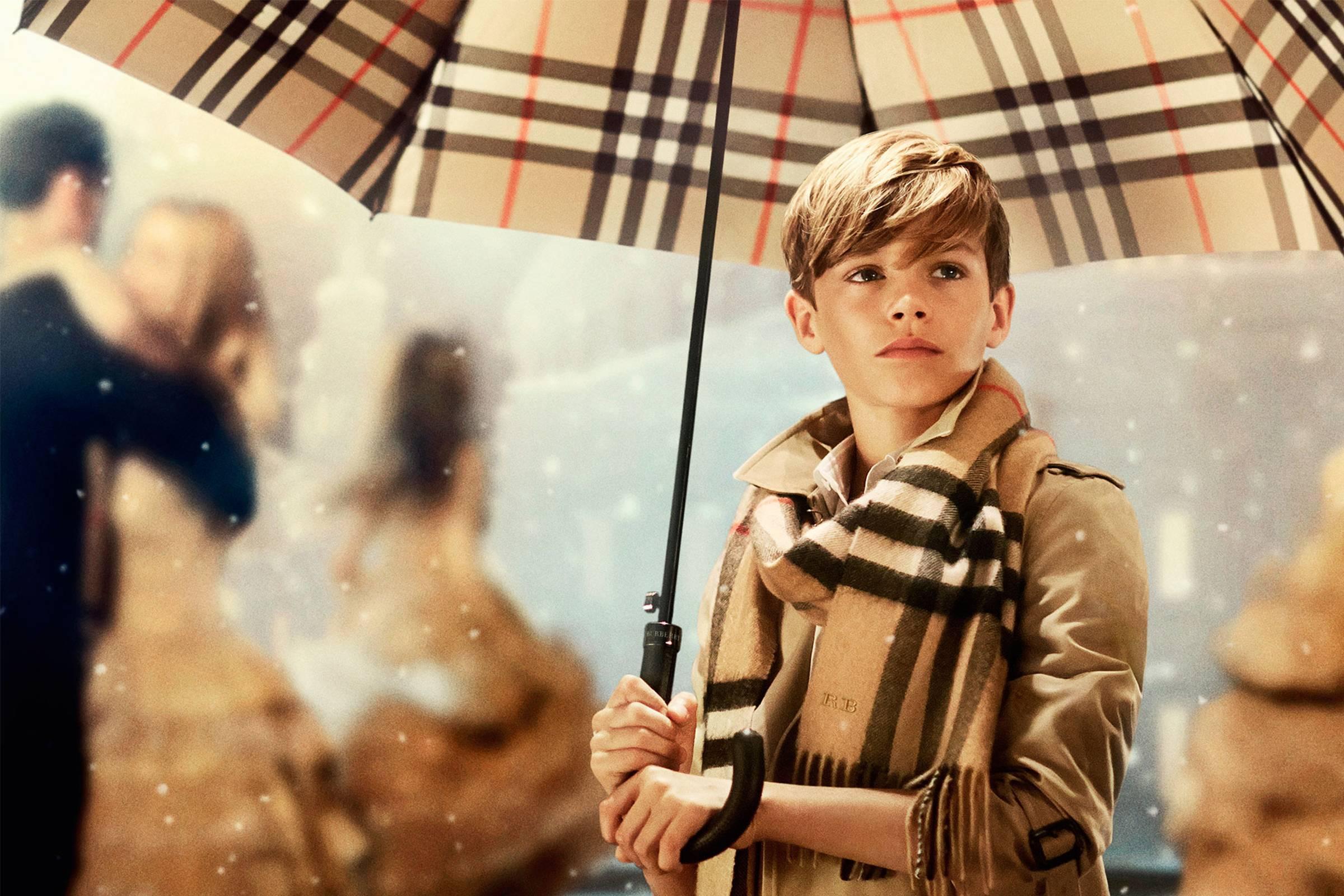 Мальчик в одежде от Burberry