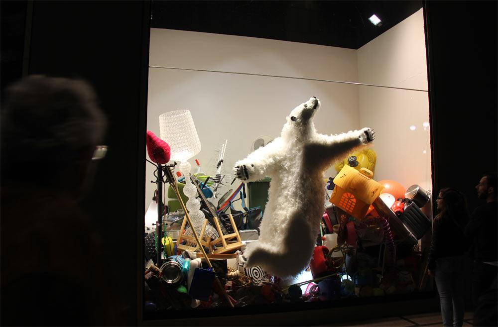 медведь из пенопласта в витрине.