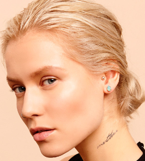 Ассиметричные-серьги-Poison-от-бренда-Maria-Francesca-Pepe-на-моделе-гвоздик.jpg