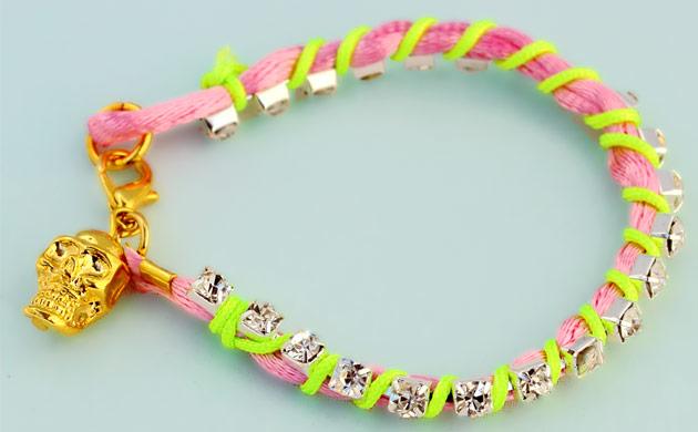Купите браслет-фенечку неоново-розово со стразами - фото