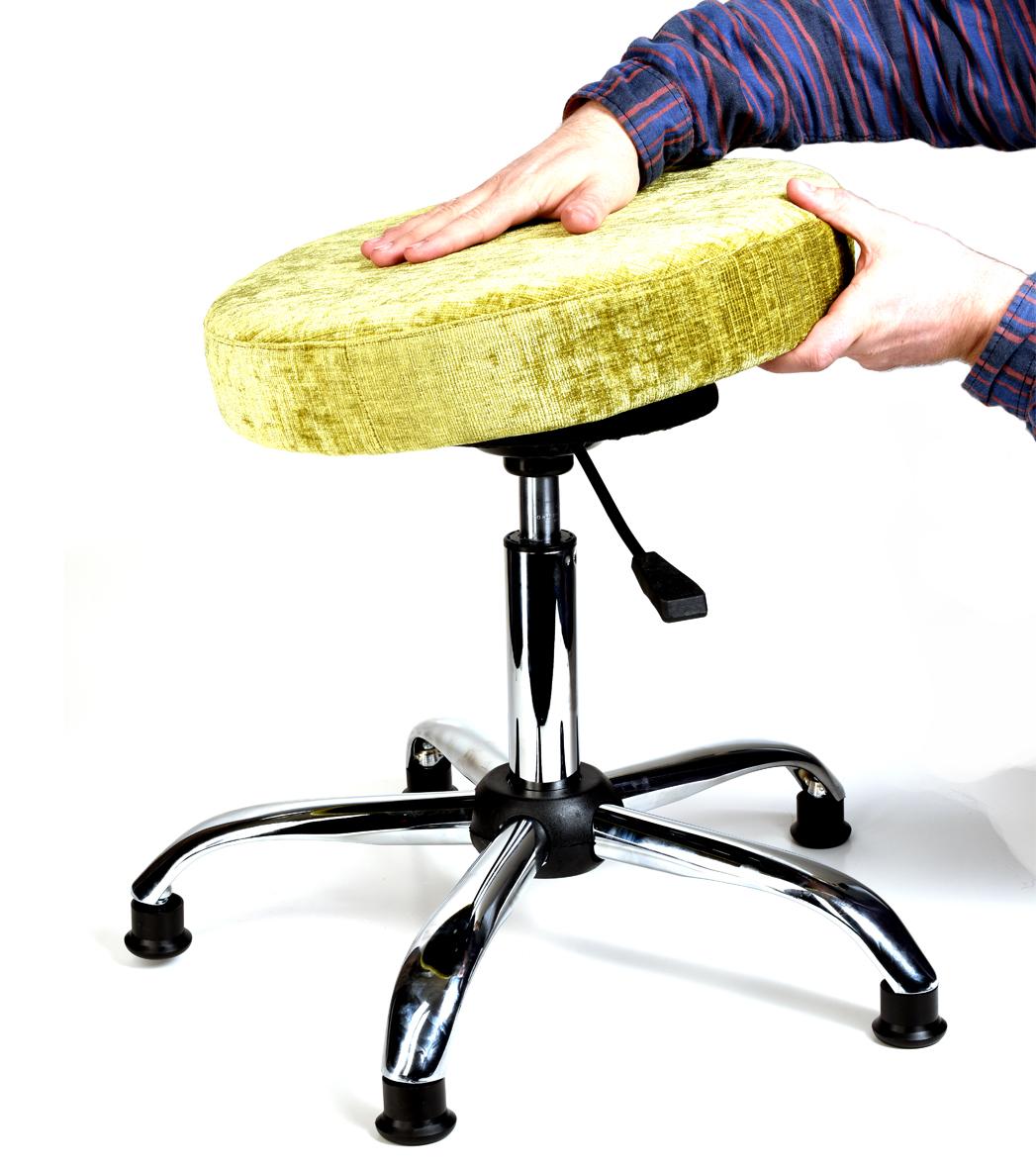 Для лучшей запрессовки деталей, сядьте с усилием на собранный Танцующий Стул