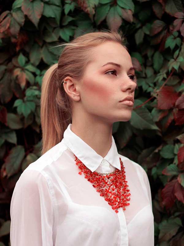 массивное красное ожерелье из натуральных камней фото