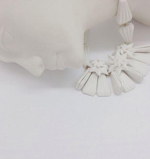 колье из белоснежного фарфора  DIAMOND STAR WHITE от ANDRES GALLARDO