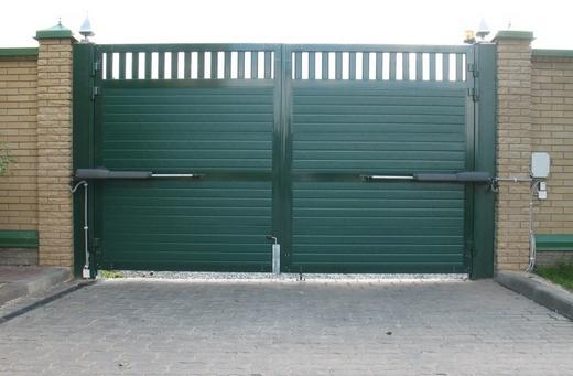 Распашные ворота с заполнением профнастилом