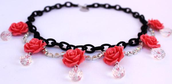 купить Колье-Роза из черной цепочки и цветов-розочек фото