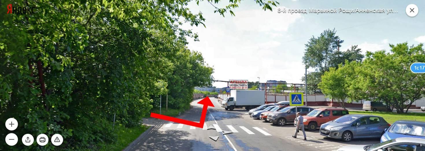 Пройдя тоннель, выйдете к дороге (8-й проезд Марьиной рощи) и сразу поверните налево. Идите прямо вдоль гаражей.