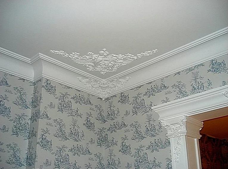 Использование потолочного карниза в сочетании с орнаментом