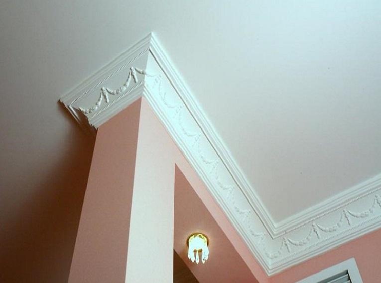 Обрамление колонны потолочным плинтусом