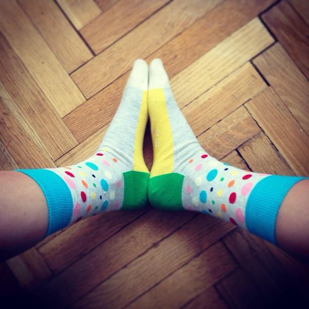 Женские ноги в носках Happy Socks на полу instagram artofsocks