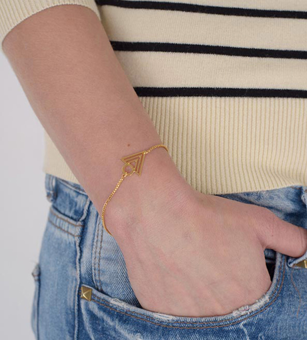 купите изящный золотой браслет с треугольной подвеской от Chic Alors-Paris