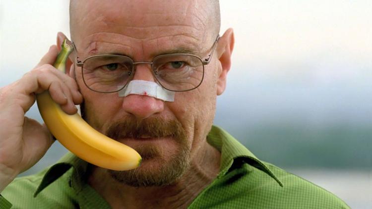 Женщина получает удовольствие с бананом