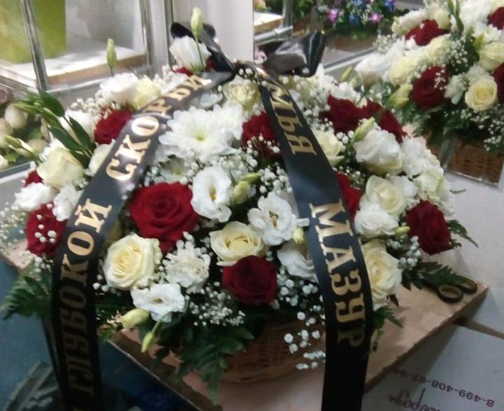 траурная корзина из роз, хризантем и гипсофилы КЖ-22