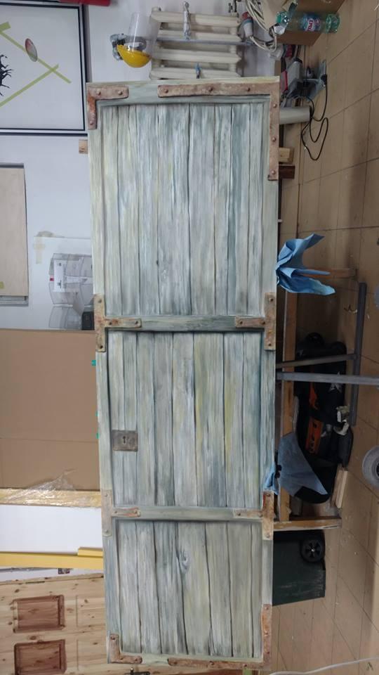 деревянная поверхность краскопультом