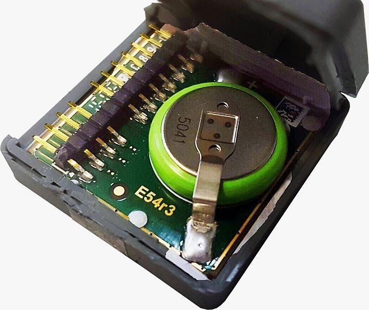 Заменить батарейку можно и самостоятельно, но при этом повредится защитная голограмма