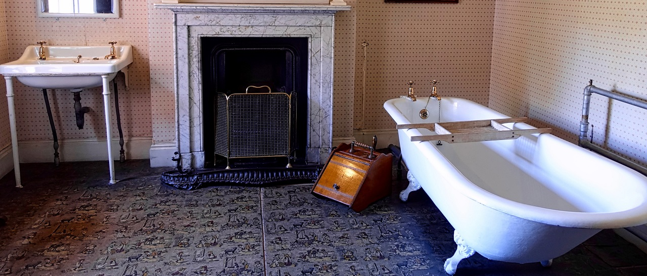 Классическая ванная с современной сантехникой