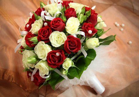 букет_невесты_в_Алматы__оформление_цветами_красно-белые_розы.jpg