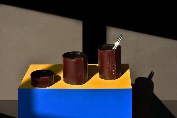 Стакан-карандашница высотой 12см из кожи Full Grain Brown снаружи и Cuoietto черный или шоколад внутри.