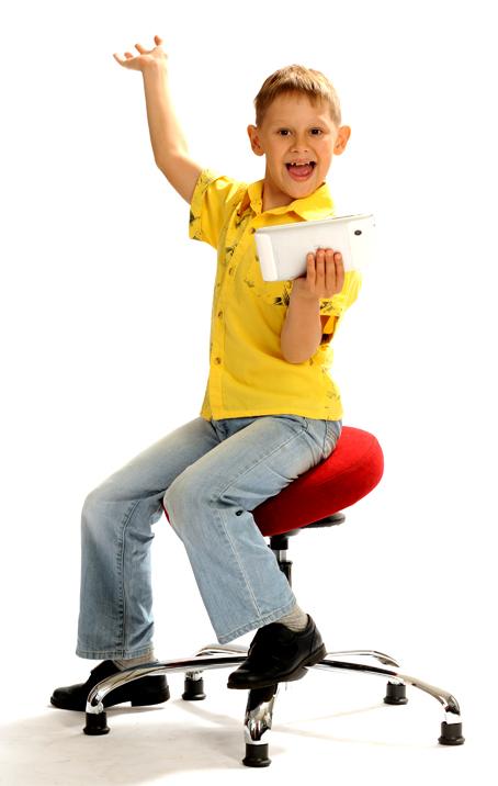 Мальчик в желтой рубашке, под ним стул для первоклассника