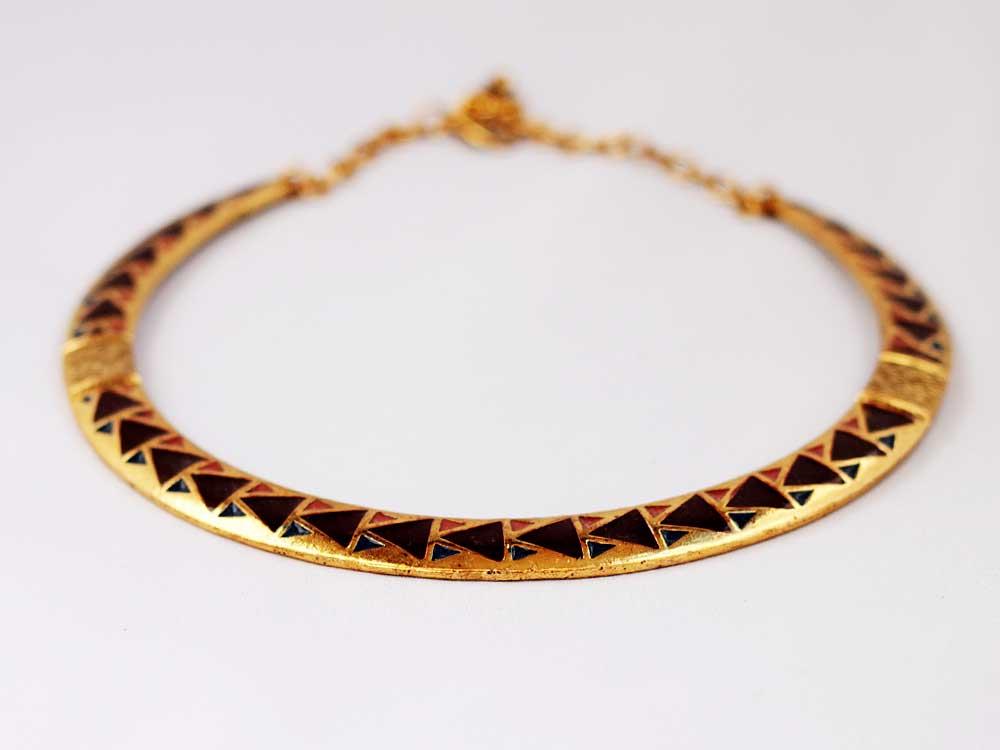металлическое этническое колье золотого цвета