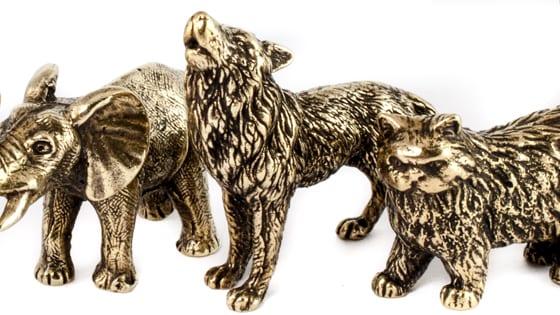 Статуэтка волка, изготовлена из бронзы.