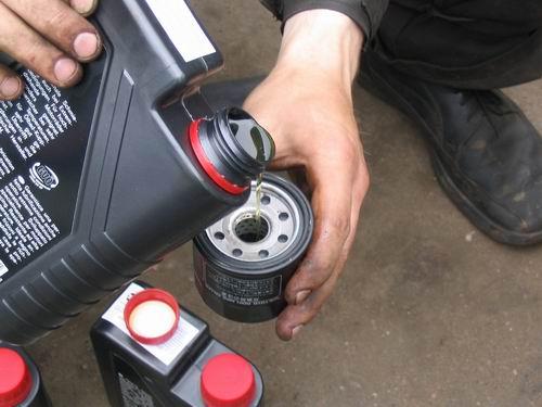 Моторное масло заливка в масляный фильтр