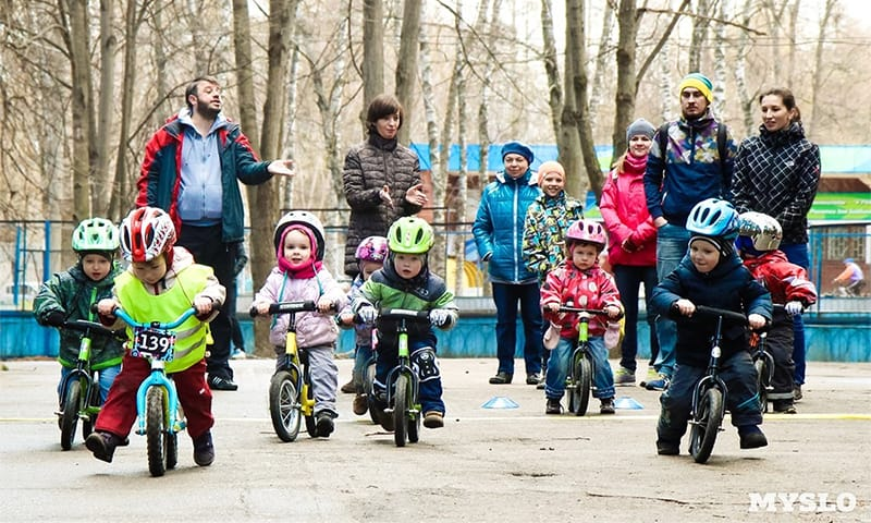 Дети на беговелах