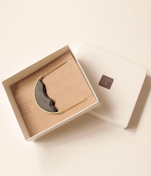 колье-HORIZON-CURVE-Big-black-от-бренда-DSNU-упаковка-.jpg
