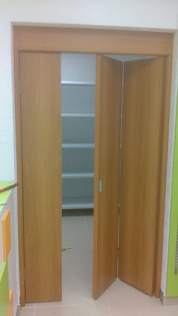 Дверь складная Верда ДПГ, цвет миланский орех, глухая