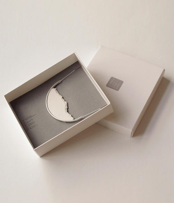 колье-HORIZON-CURVE-Big-white-от-DSNU-упаковка-.jpg