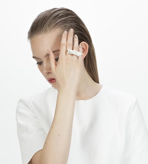 двойное кольцо с кроликом из фарфора от Andres Gallardo
