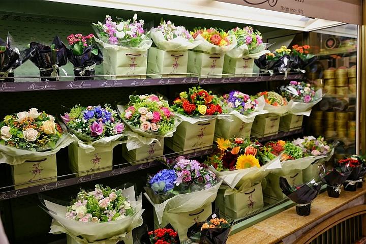 За состоянием каждого букета цветов в магазине продавец должен следить весь день